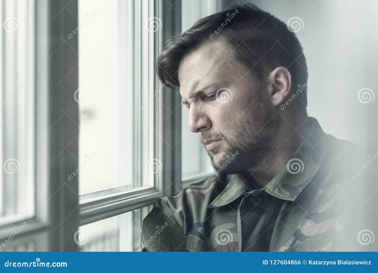 Droevige en eenzame militair in depressie na oorlog met emotioneel probleem