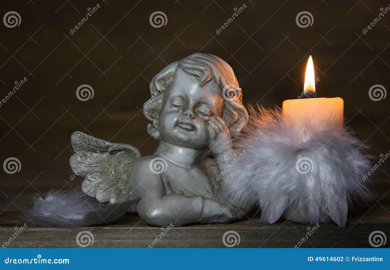 Droevige engel met het branden van kaars voor rouw of het rouwen backgr