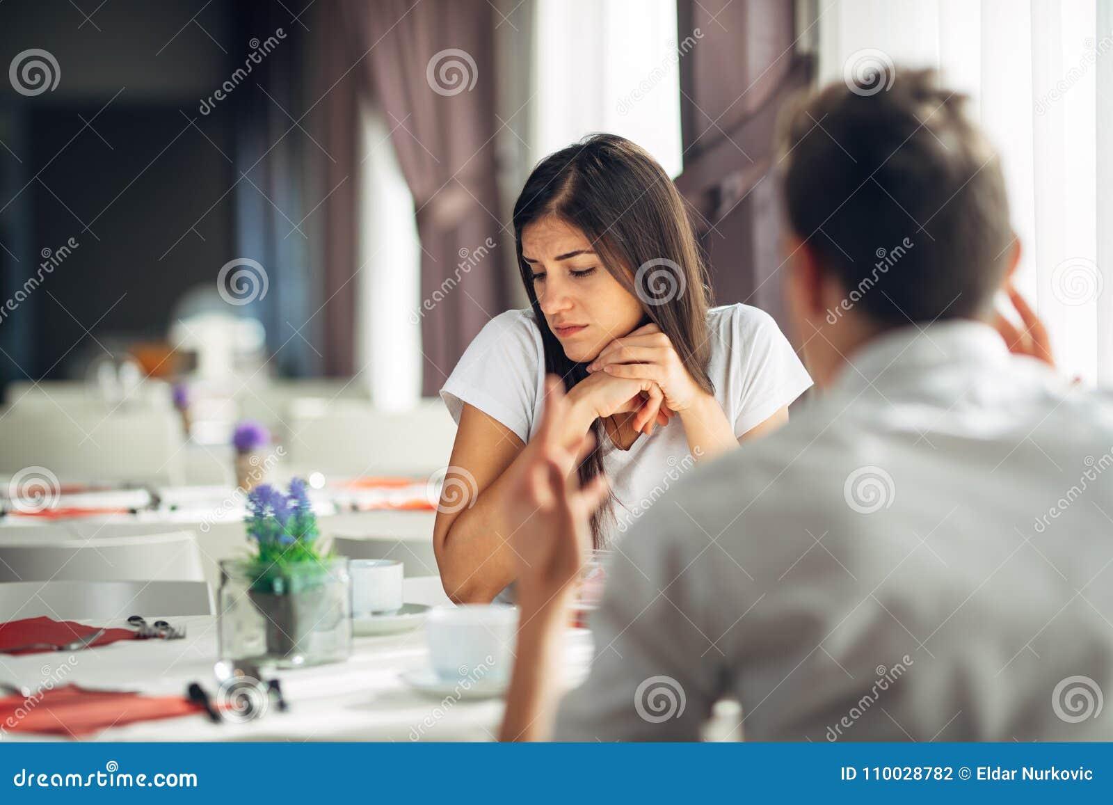 Droevige gedeprimeerde vrouw die mondeling worden aangevallen Geestelijk misbruikt Afwezig in gesprek Luisterend niet Privé probl