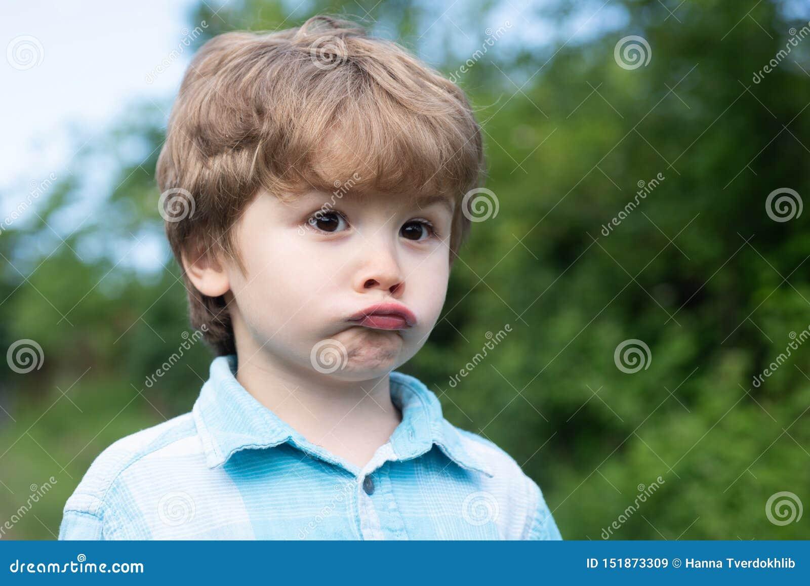 Droevige jongen Emotionele baby Emoties op het gezicht Gezichtsdroefheid Emotionele intelligentie De frustratie van kinderen Het