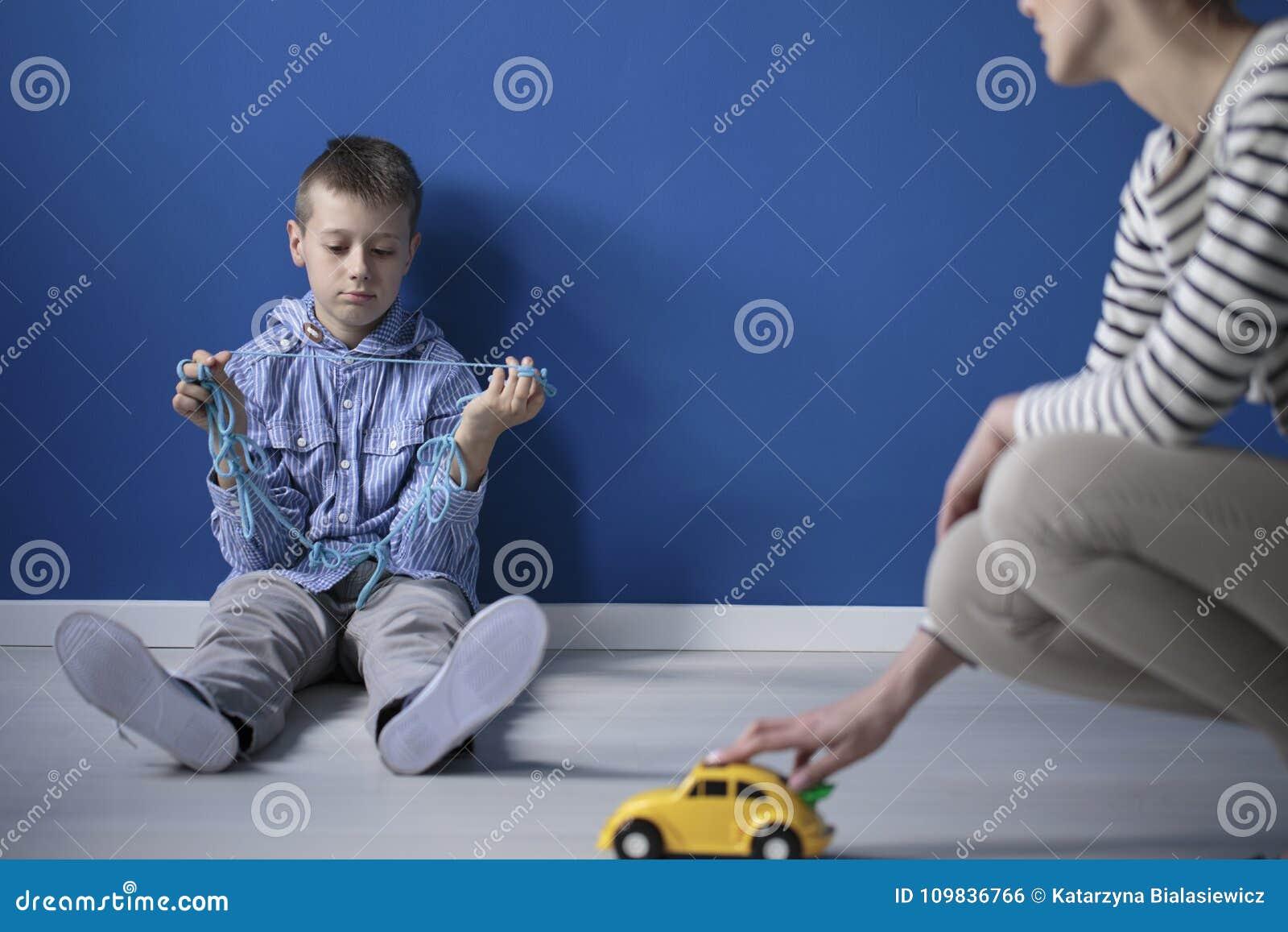 Droevige jongen op de vloer