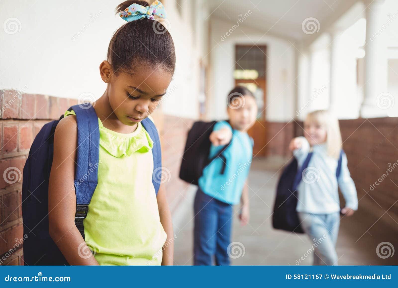 Droevige leerling die door klasgenoten bij gang worden geïntimideerd