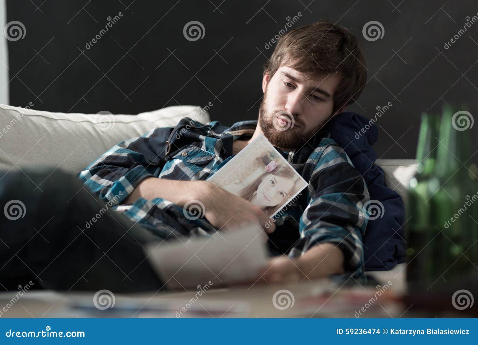 Droevige mens met een foto