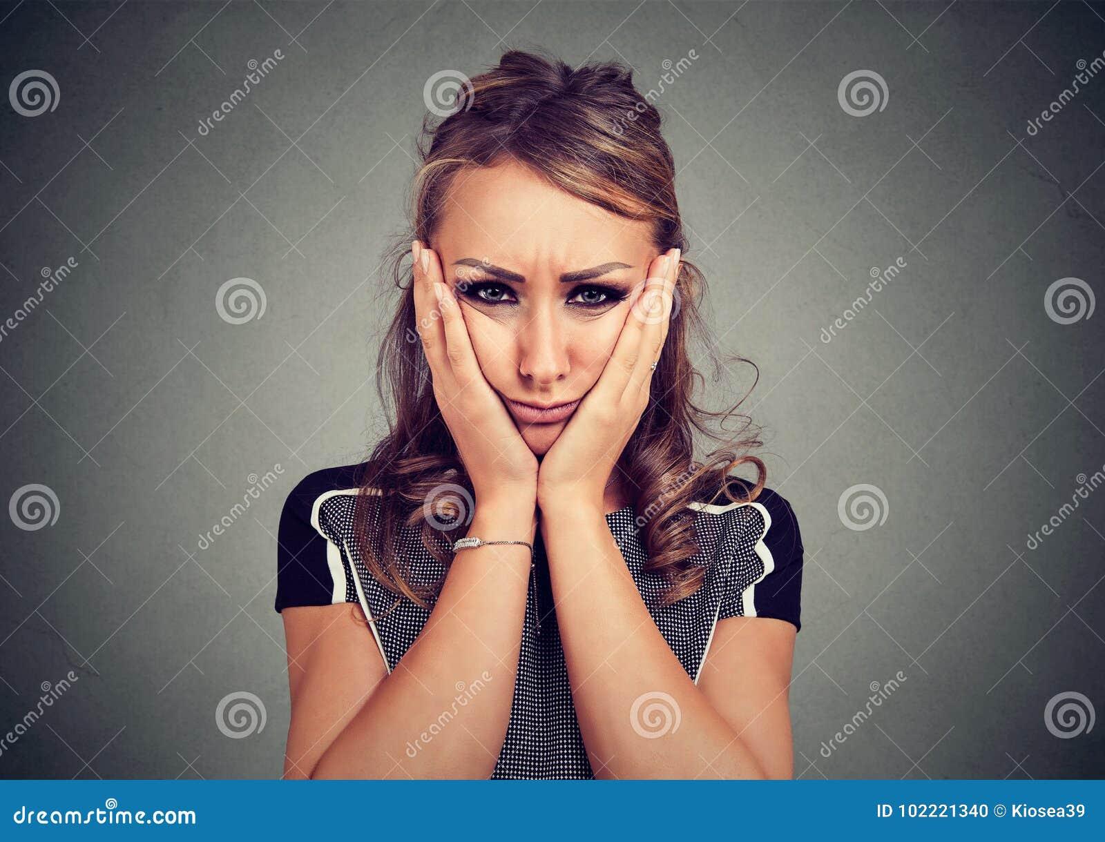 Droevige sombere vrouw die ongelukkig voelen