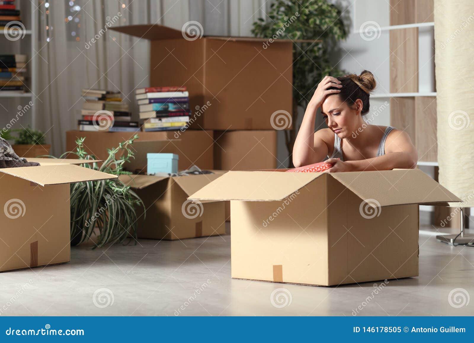Droevige uitgezete huurder die naar huis in dozen doende bezittingen bewegen