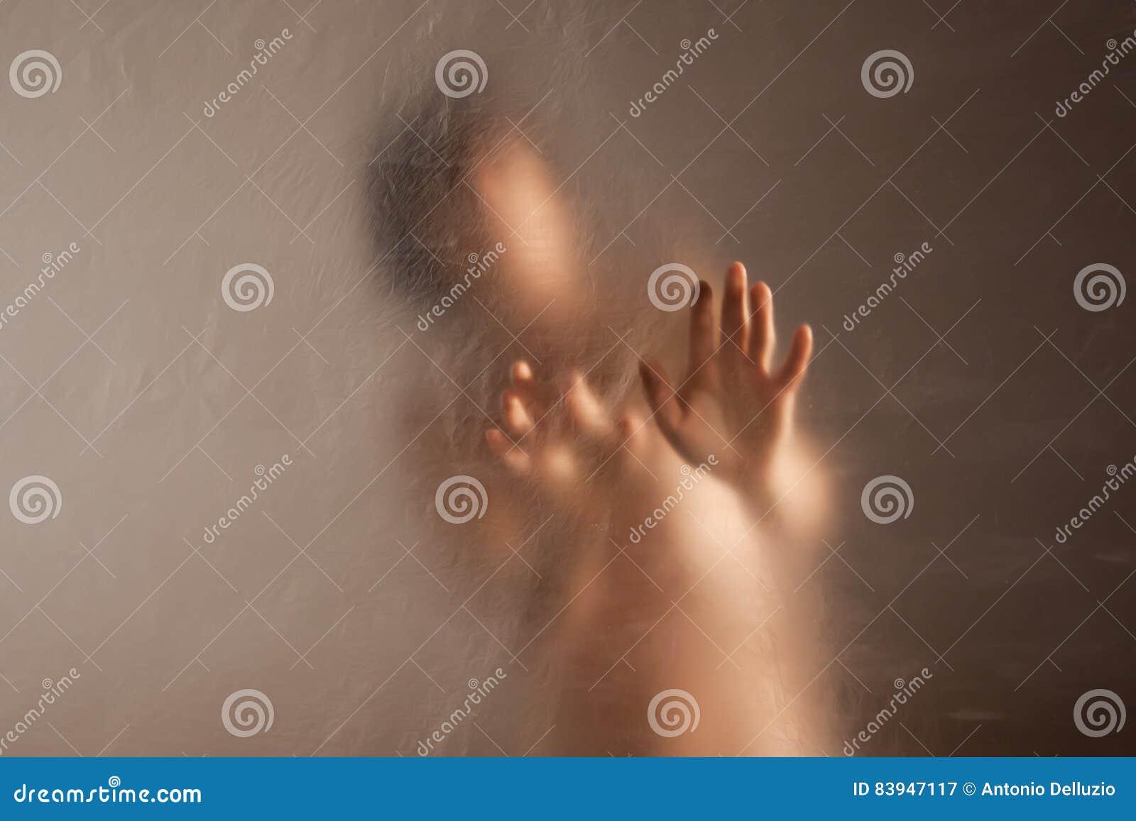 Droevige vrouw in eenzaamheid aan geweld en misbruik