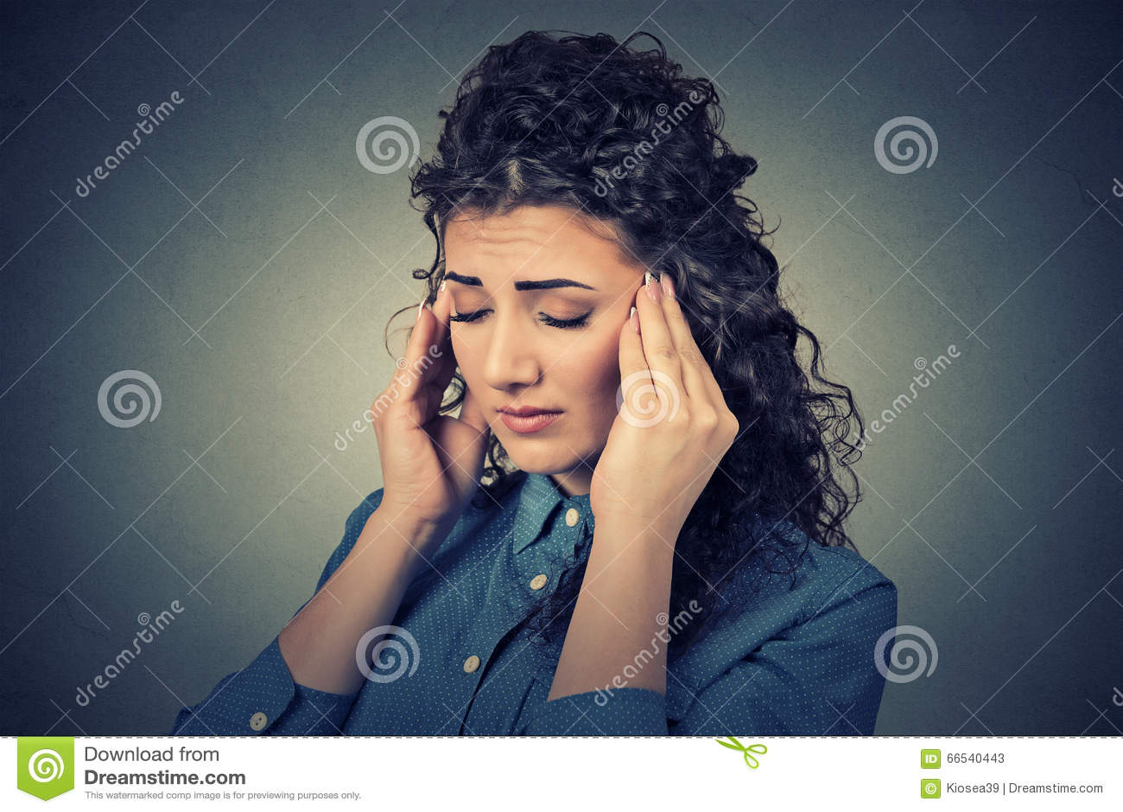 Droevige vrouw met ongerust gemaakte beklemtoonde gezichtsuitdrukking die hoofdpijn hebben