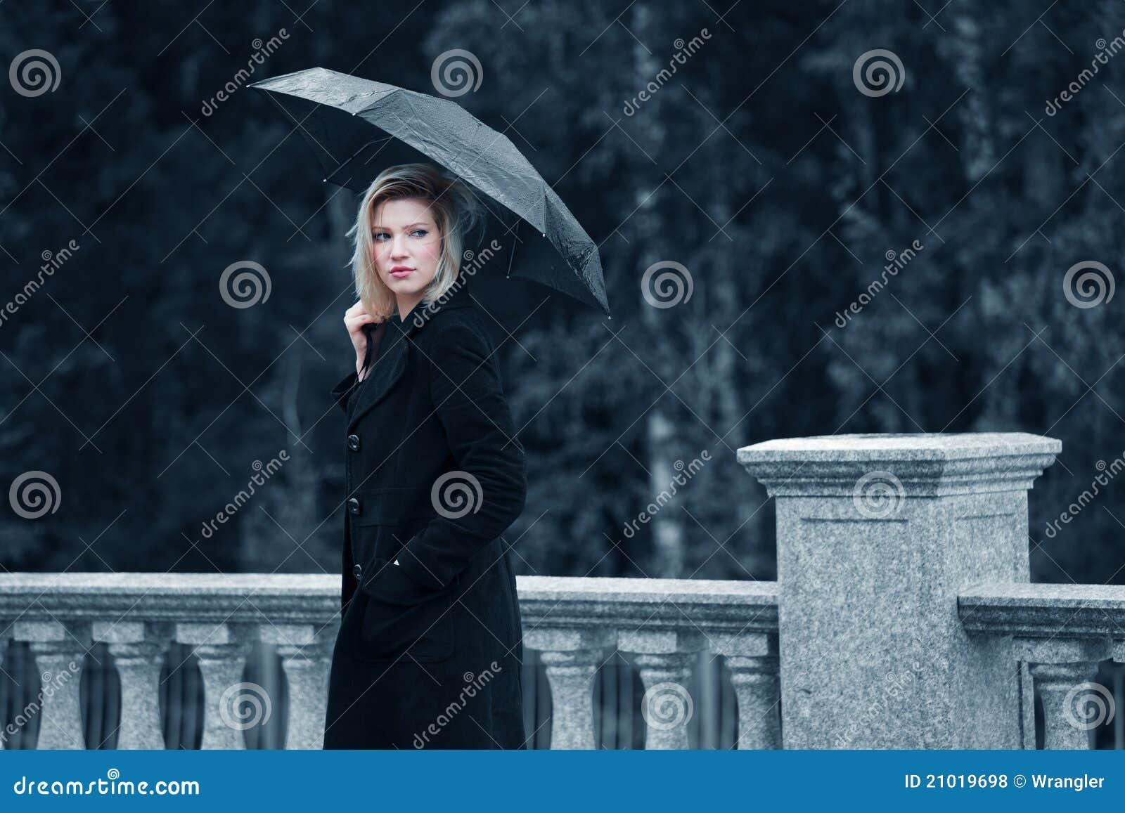 Droevige vrouw met paraplu