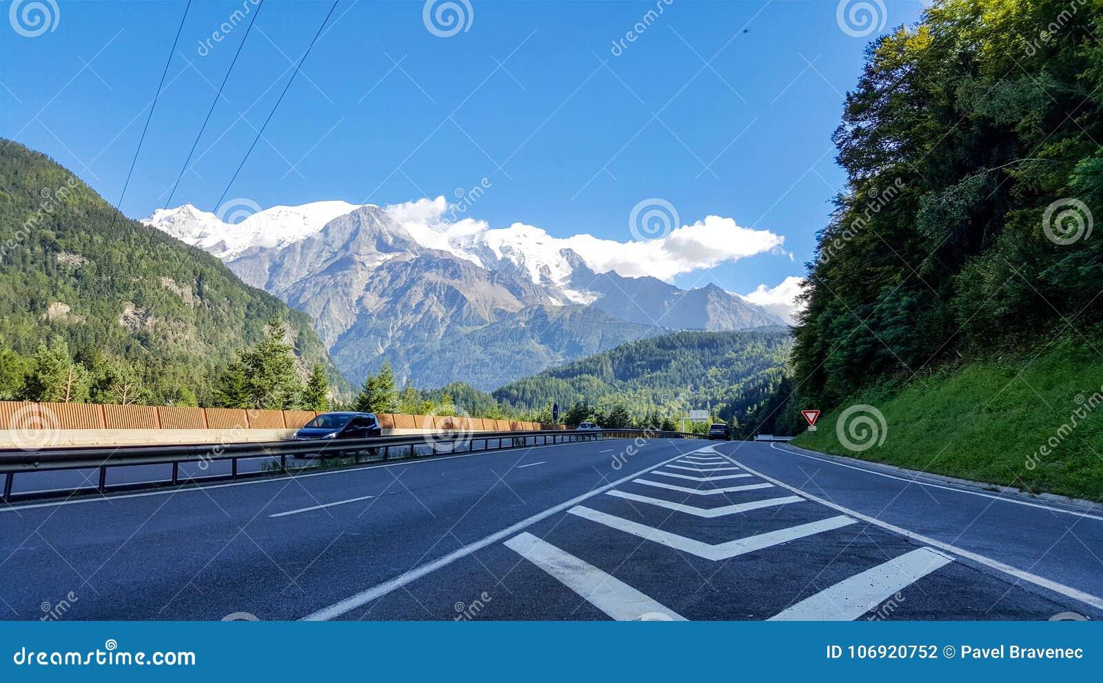 Droga góry z ładnym widokiem przy skałą