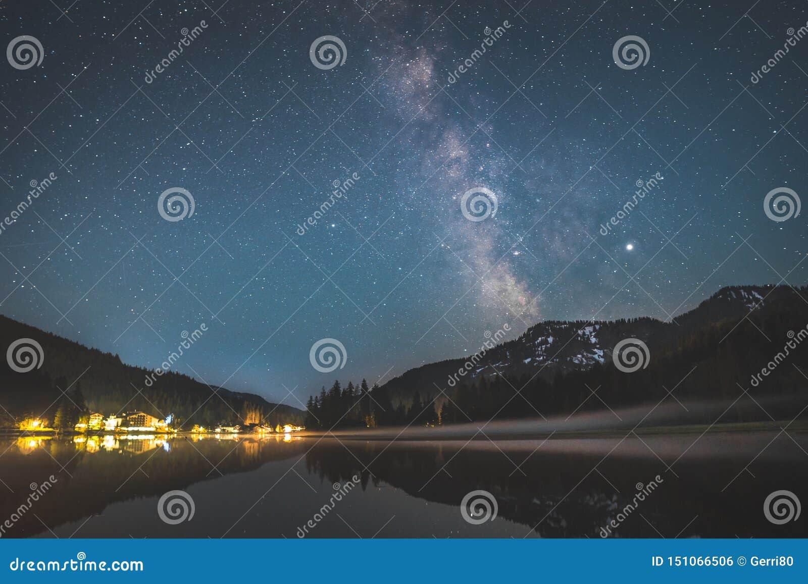 Droga Mleczna nad jeziornym Spitzingsee w bavarian alps