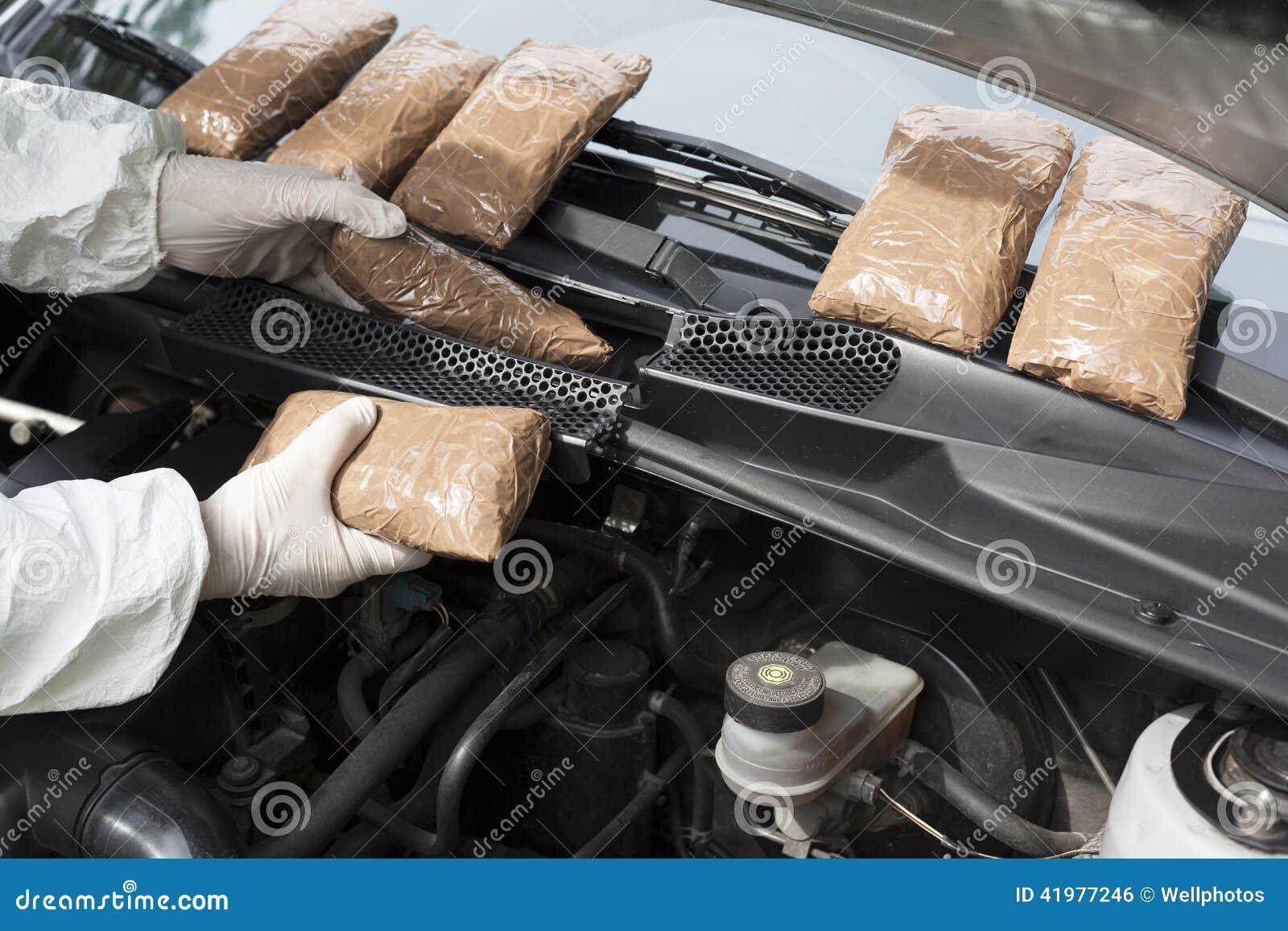 Droga pasada de contrabando en un compartimiento del reactor de coches