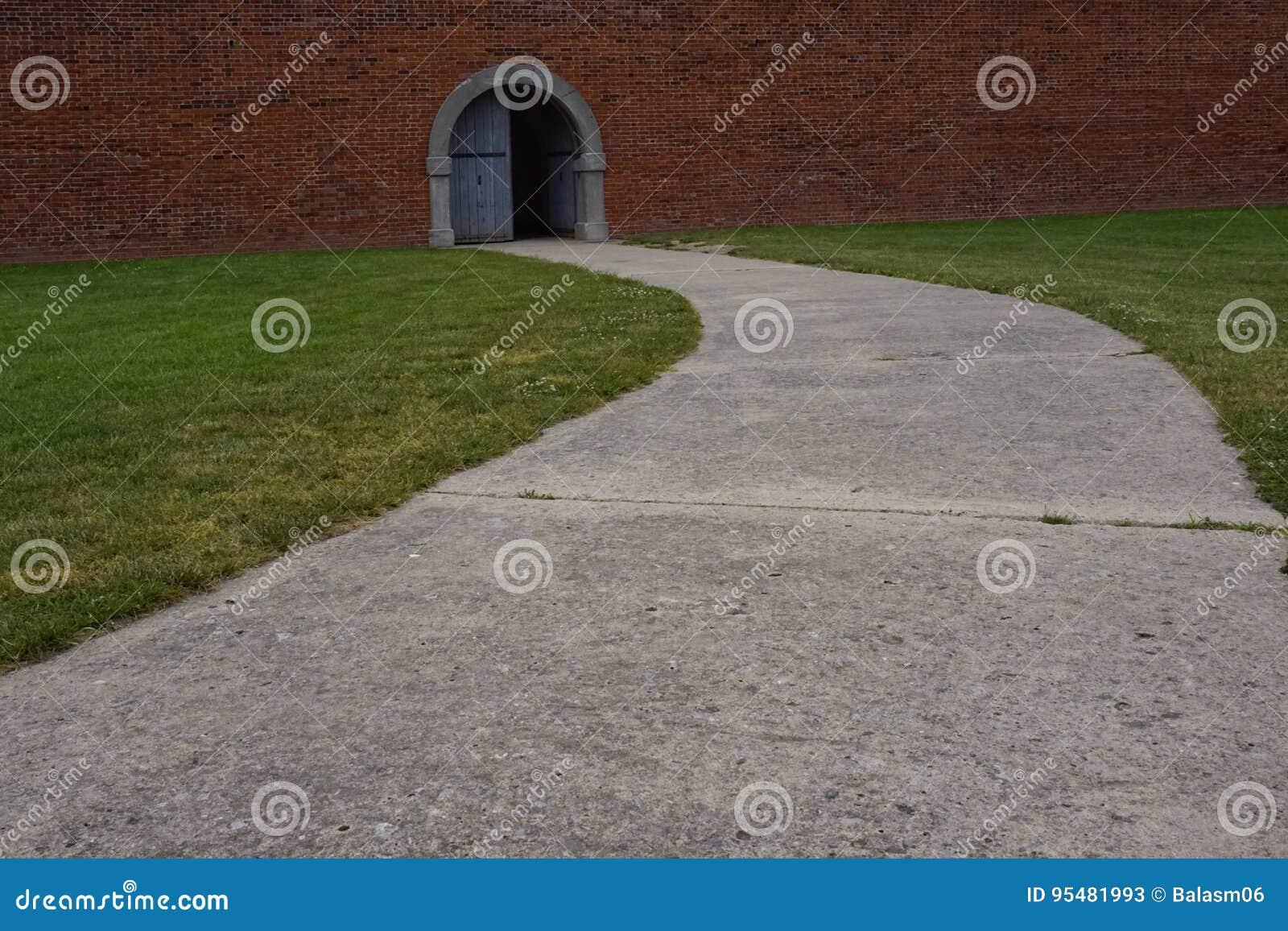 Droga przemian otwarte drzwi ściana z cegieł