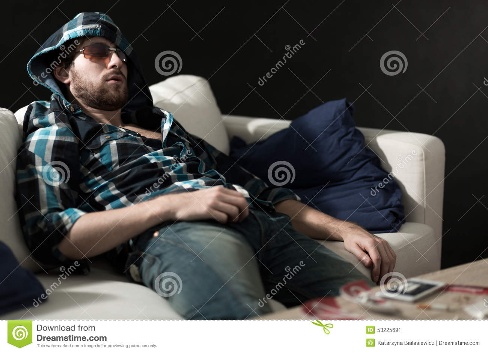 Drogadicto que duerme después de drogas