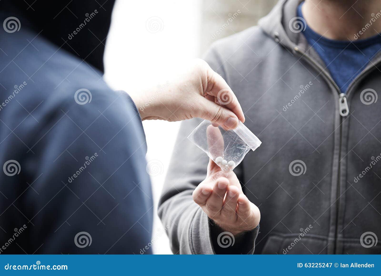 Drogas de compra do homem na rua