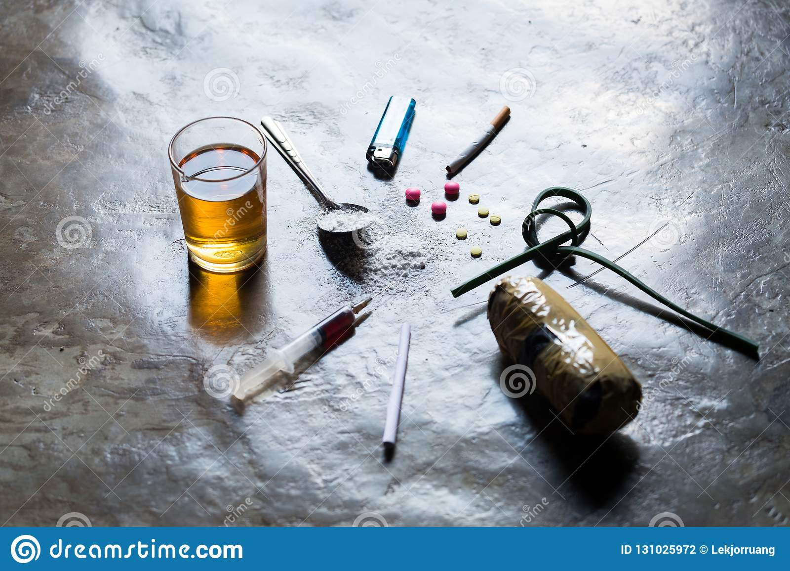 Drogas de diversas clases y de cráneos humanos en el piso, colección