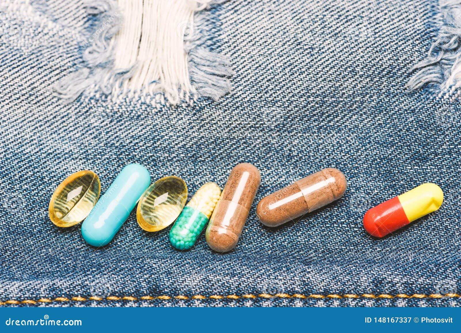 Drogas en fondo del dril de algod?n Conjunto de p?ldoras coloridas Medicinas de mezcla Tratamiento r?pido Prescripci?n de la medi