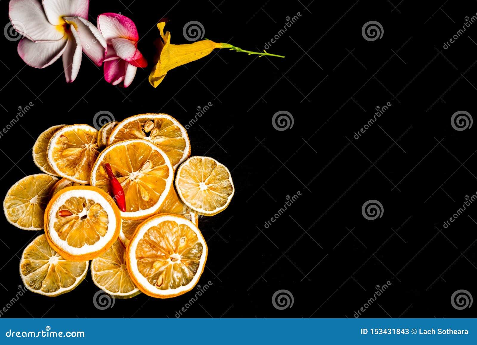 Droge die citroenplak op zwarte achtergrond wordt geïsoleerd