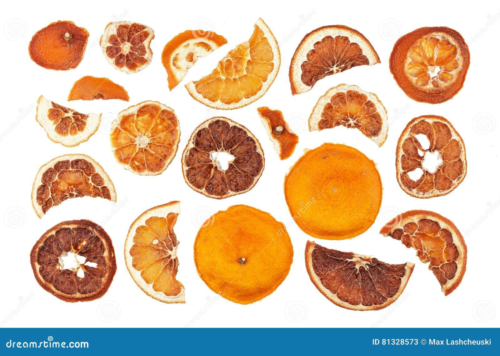 Droge sinaasappelenplakken die op witte achtergrond worden geïsoleerd