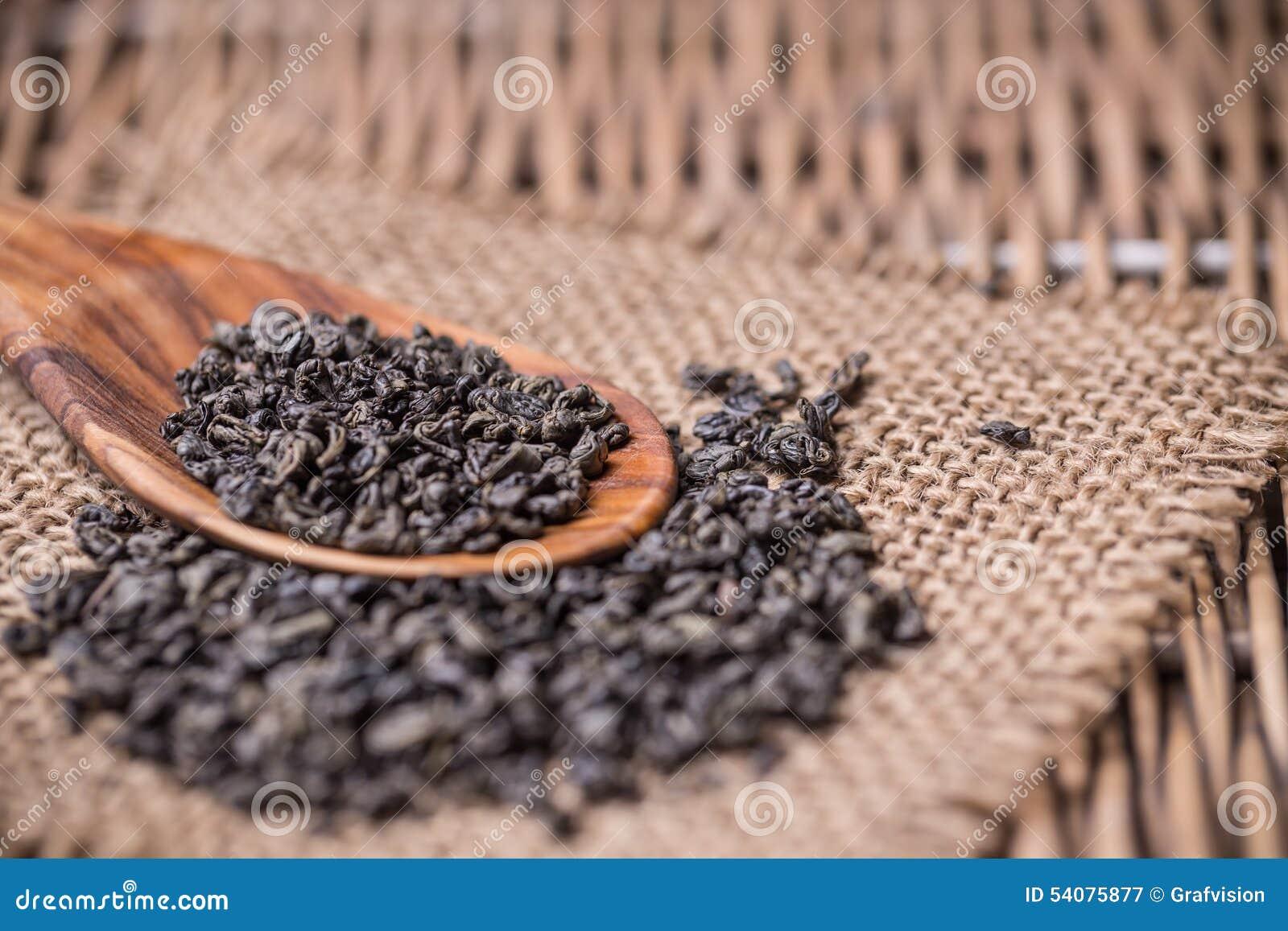 Droge thee in houten lepel