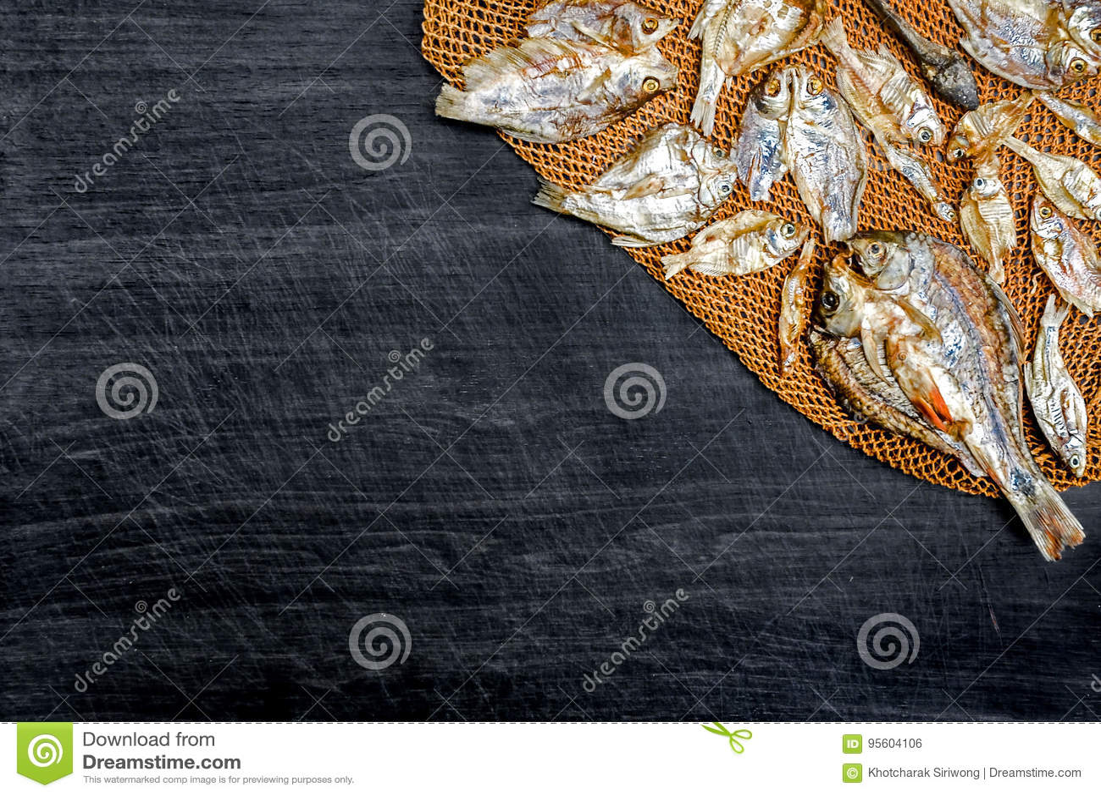 Droge vissen van de zon op zwarte houten vloer stock foto