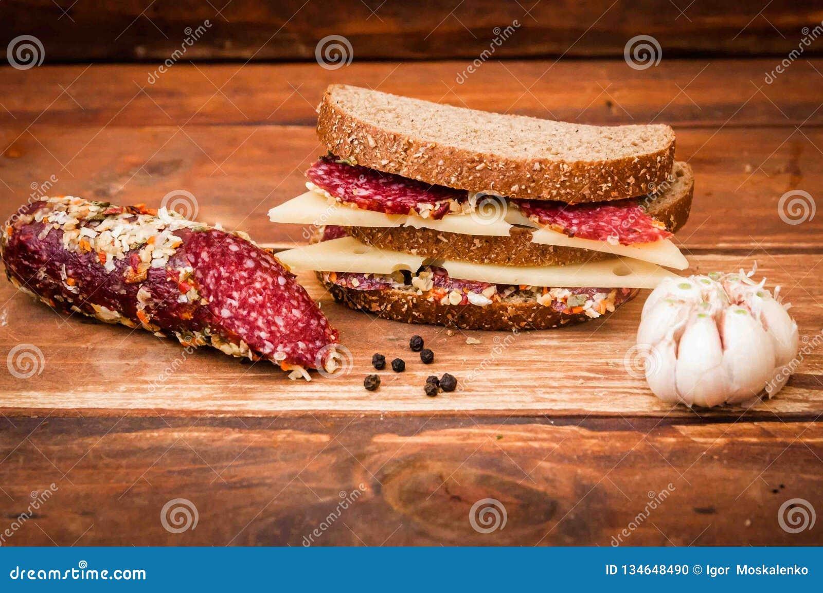 Droge worst en kaas met gaten voor ontbijt