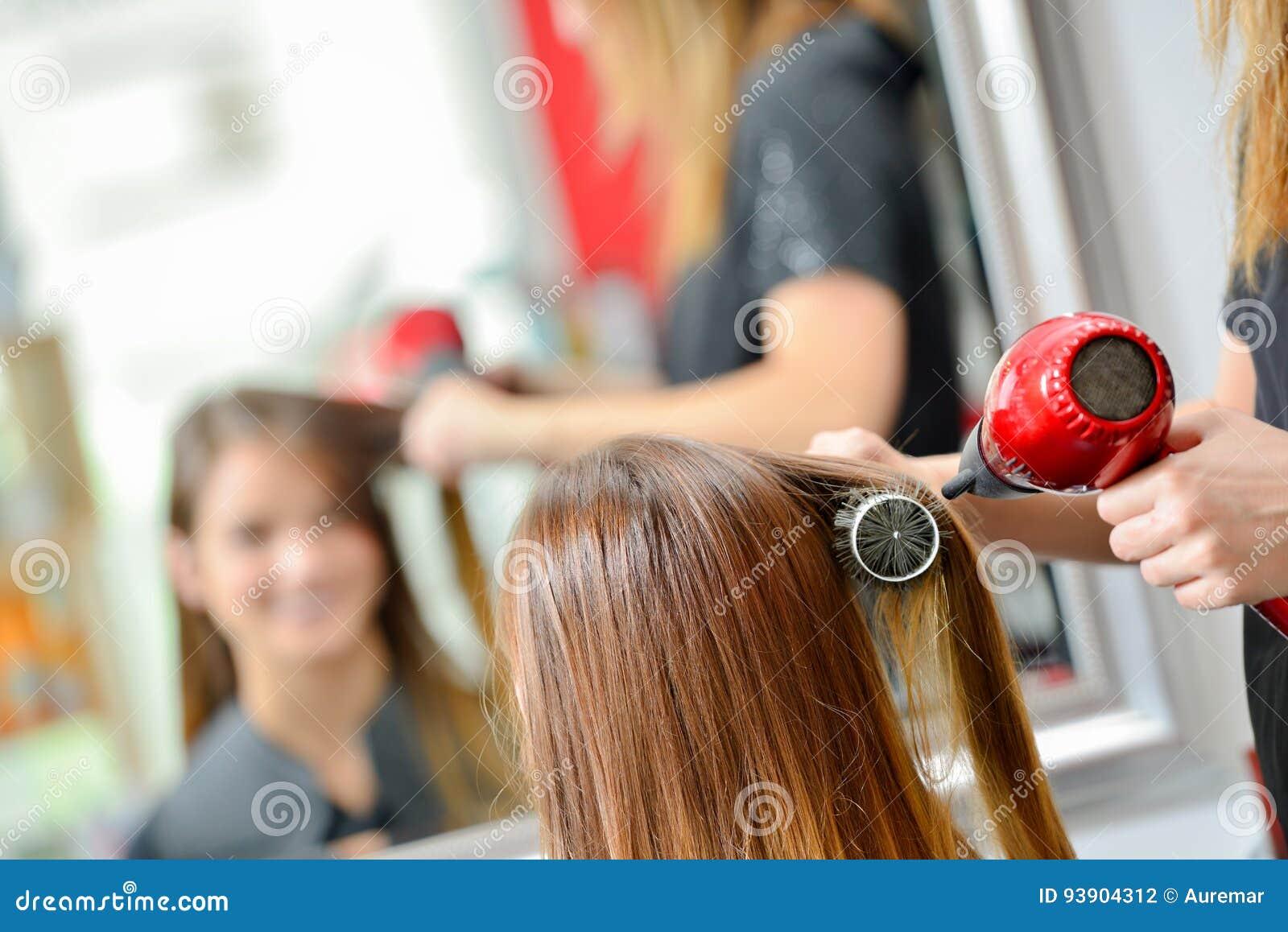 Drogend de klanten` s haar van de haaropmaker