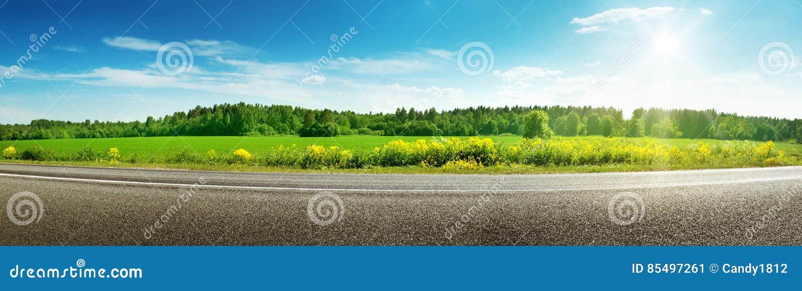 Drogowa panorama na pogodnym wiosna dniu