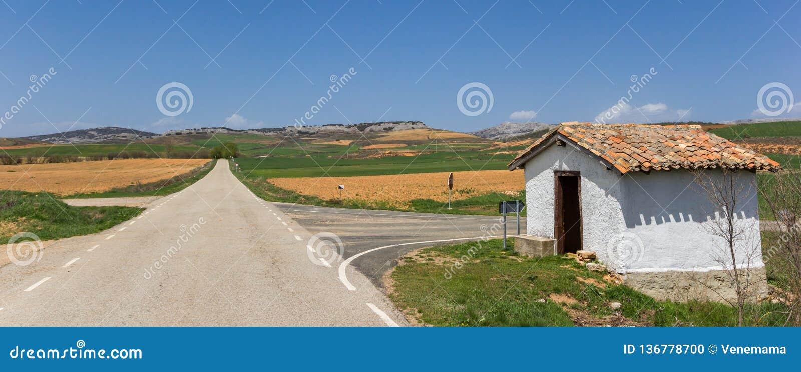 Drogowy i biel dom w krajobrazie Castilla y Leon trochę