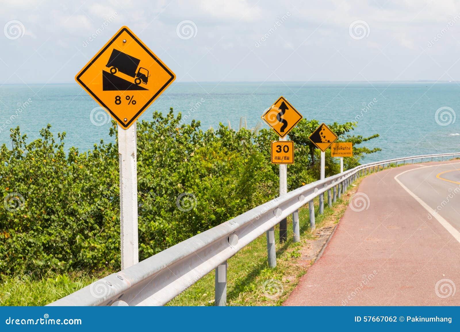 Drogowy znak na dennej drodze