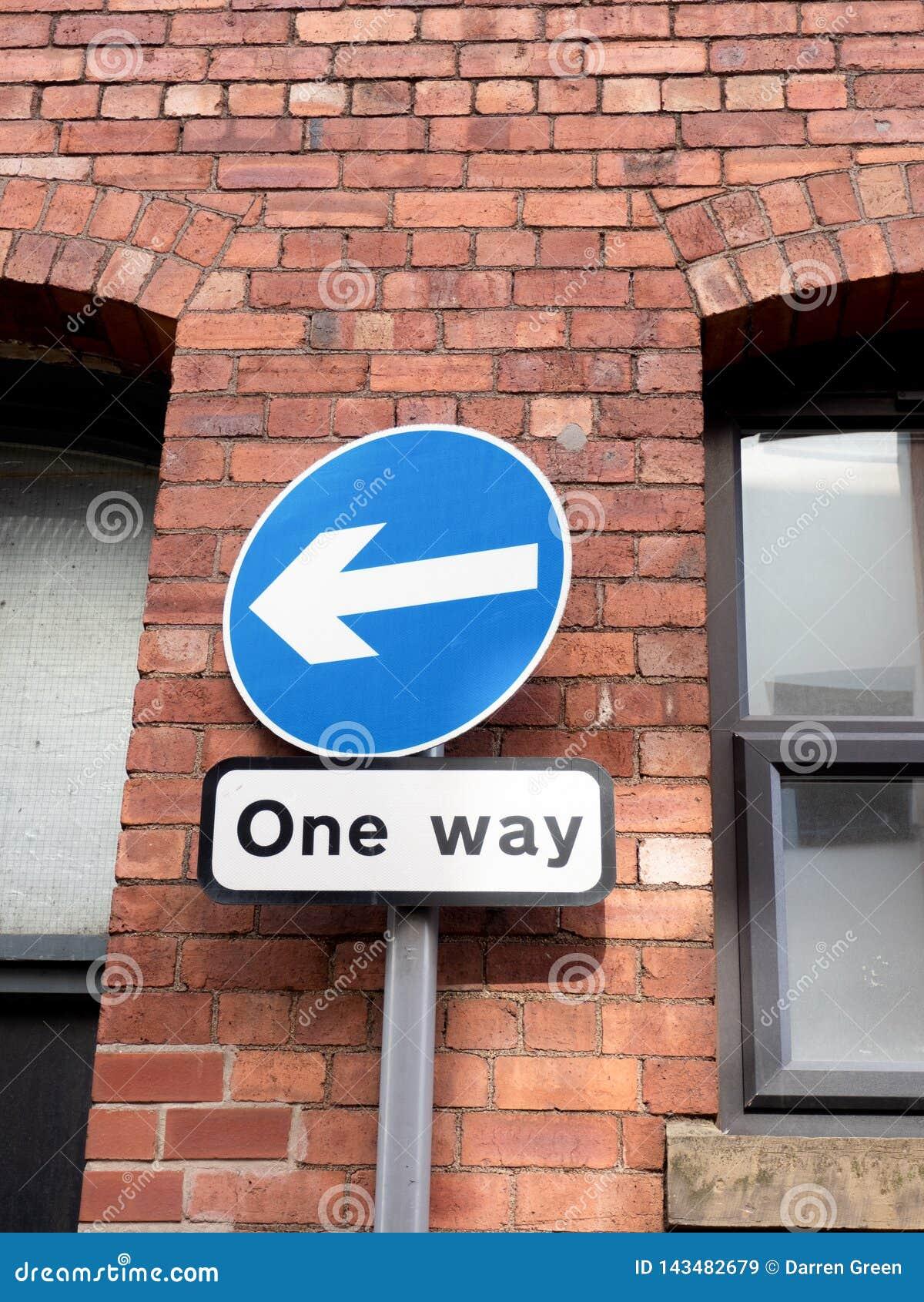 Drogowy znak pokazuje jeden sposobu kierunek
