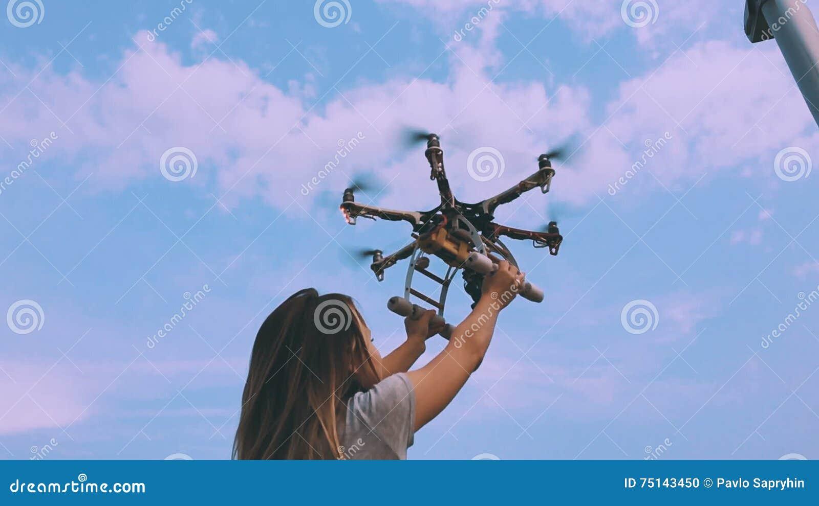 Drohne entfernt sich von den Händen eines Mädchens nahe einer Windkraftanlage, Zeitlupe stock video footage