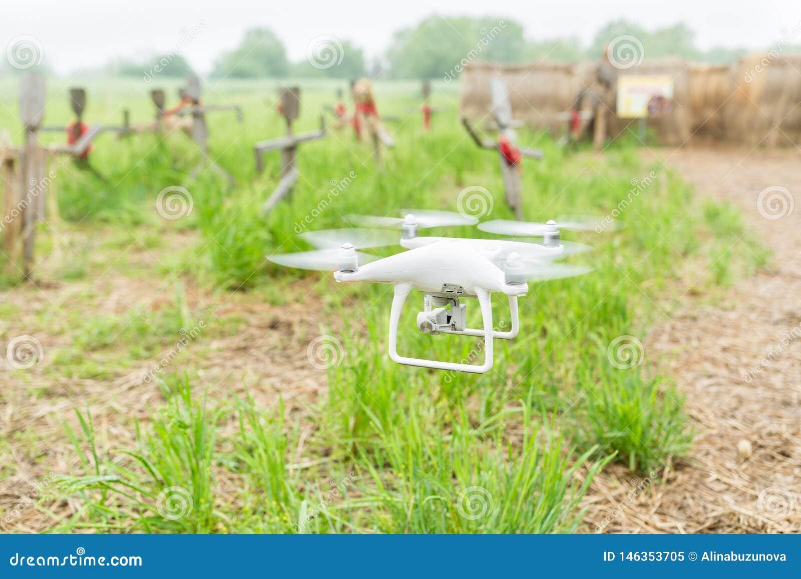 Drohnenfliegen ?ber Feld der gr?nen Ernte Schlie?en Sie oben vom Drohnenfliegen ?ber gr?nem Weizenfeld im Sommer Hightechinnovati