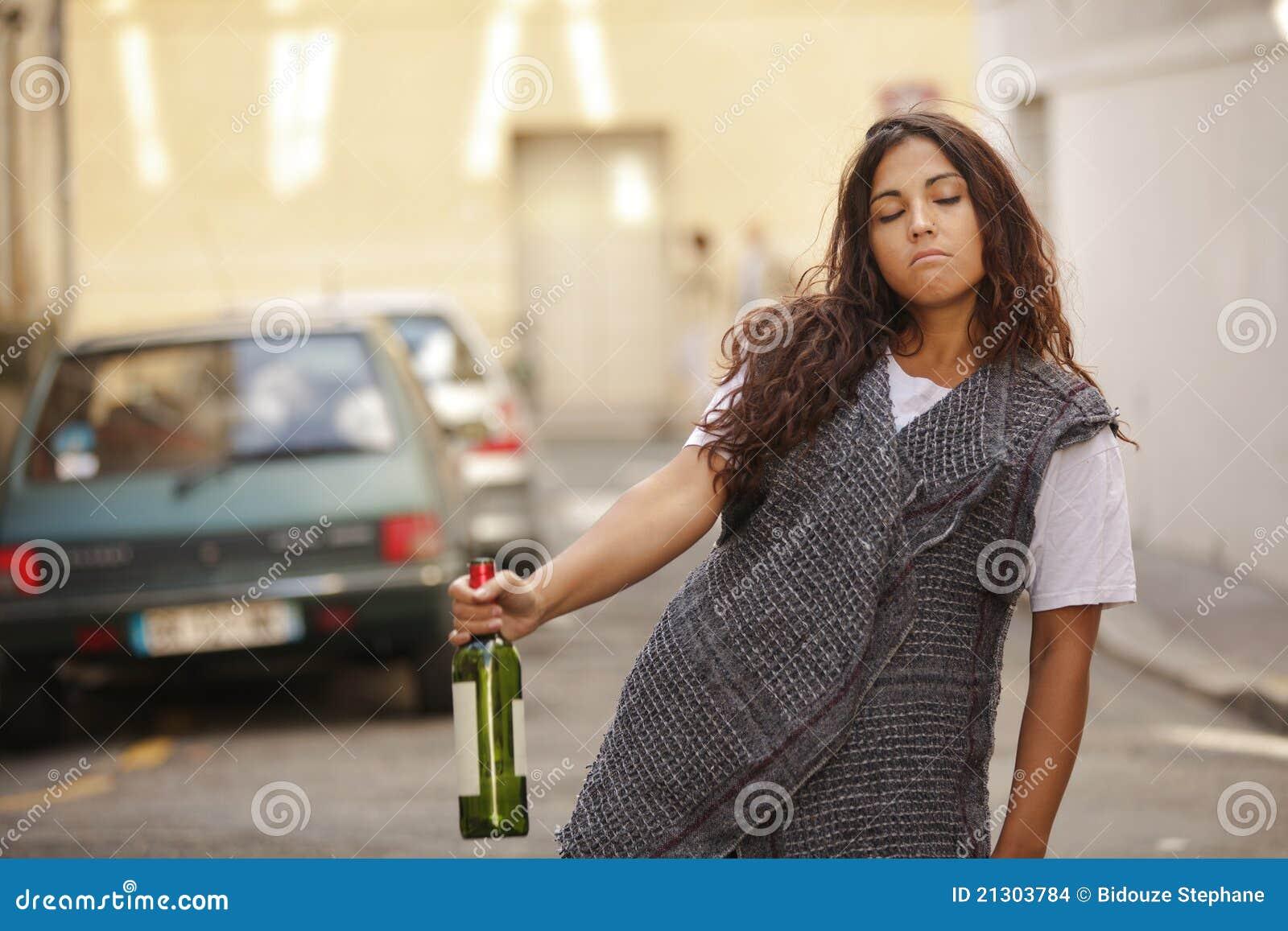 Dronken meisje in straat