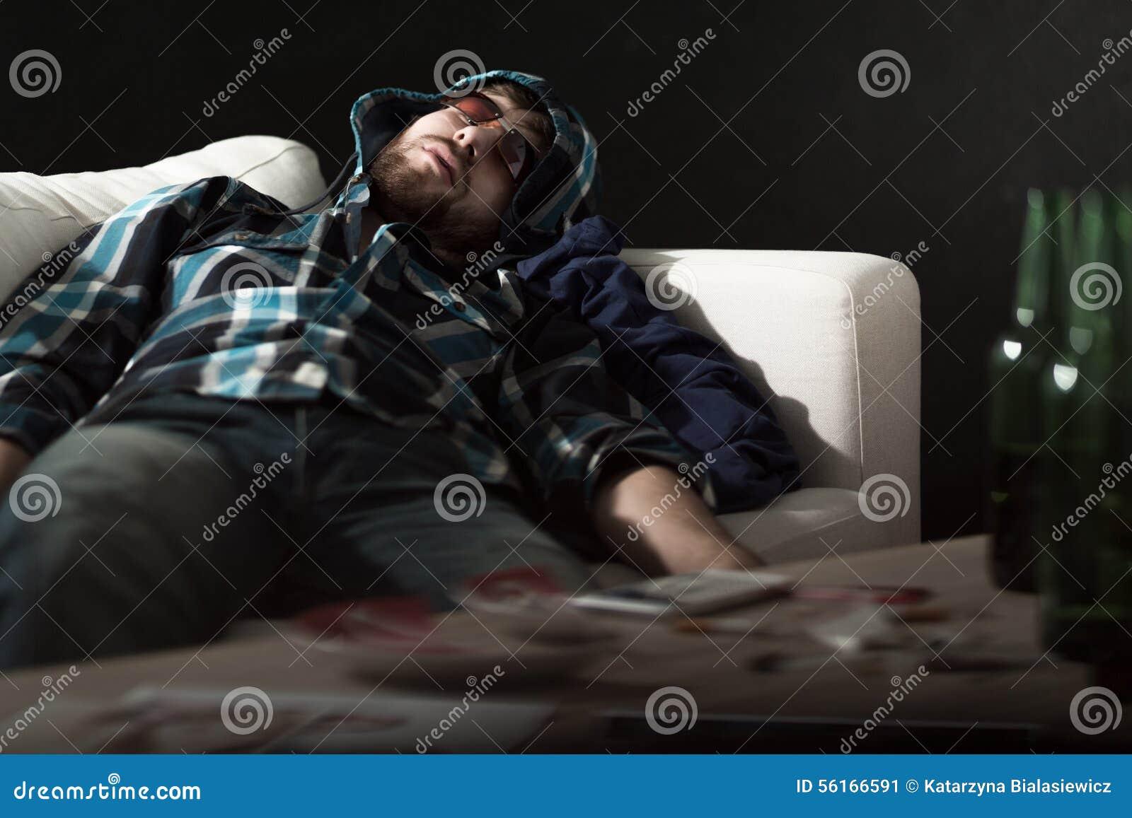 Dronken mens in zonnebril het slapen
