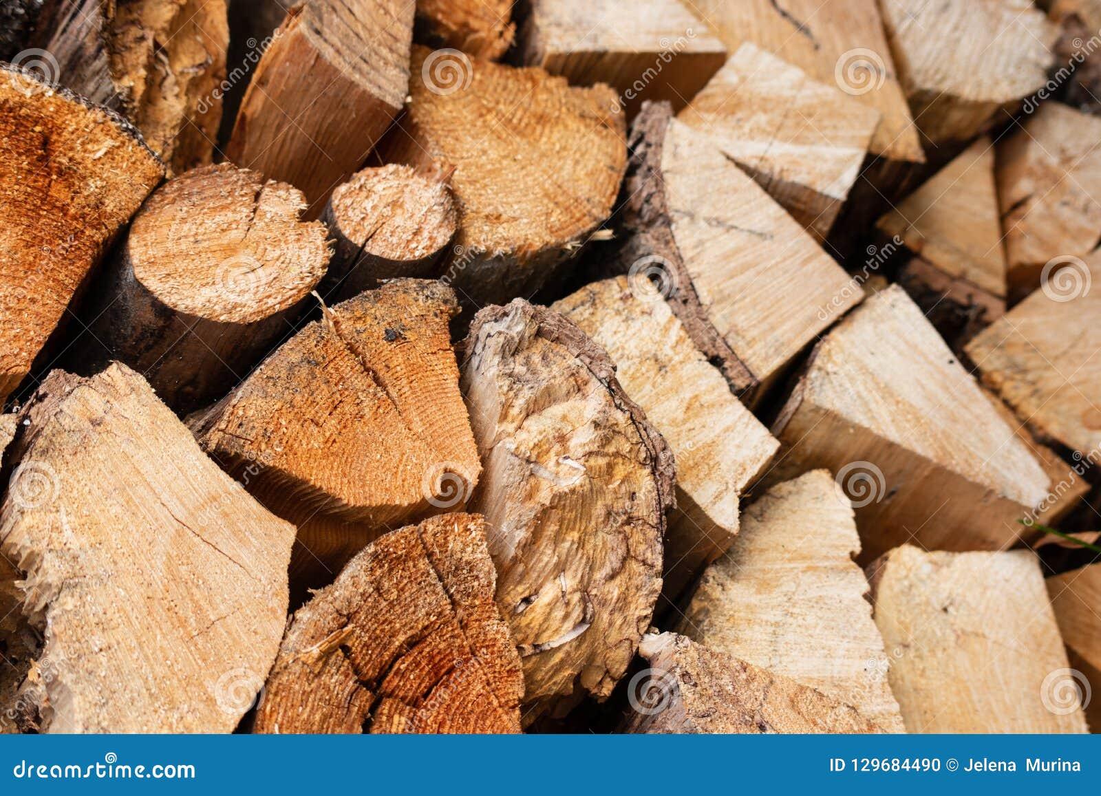 Droog die brandhout in een stapel in het Litouwse dorp wordt gestapeld