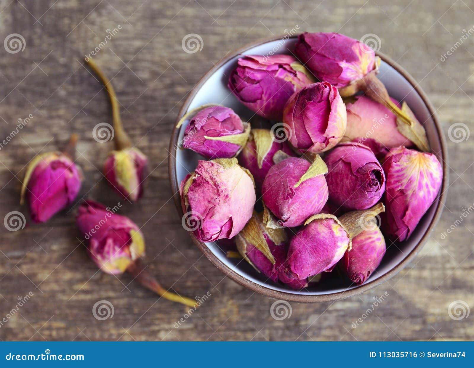 Droog nam knoppenbloemen in een kom op oude houten lijst toe Gezond kruidendrankenconcept Aziatisch ingrediënt voor aromatherapy