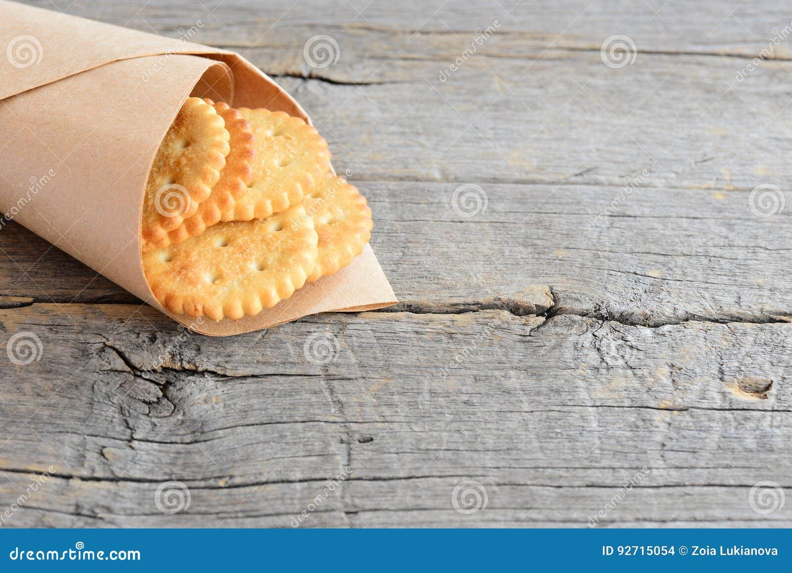 Droog zoute crackers in een verpakkend document op een uitstekende