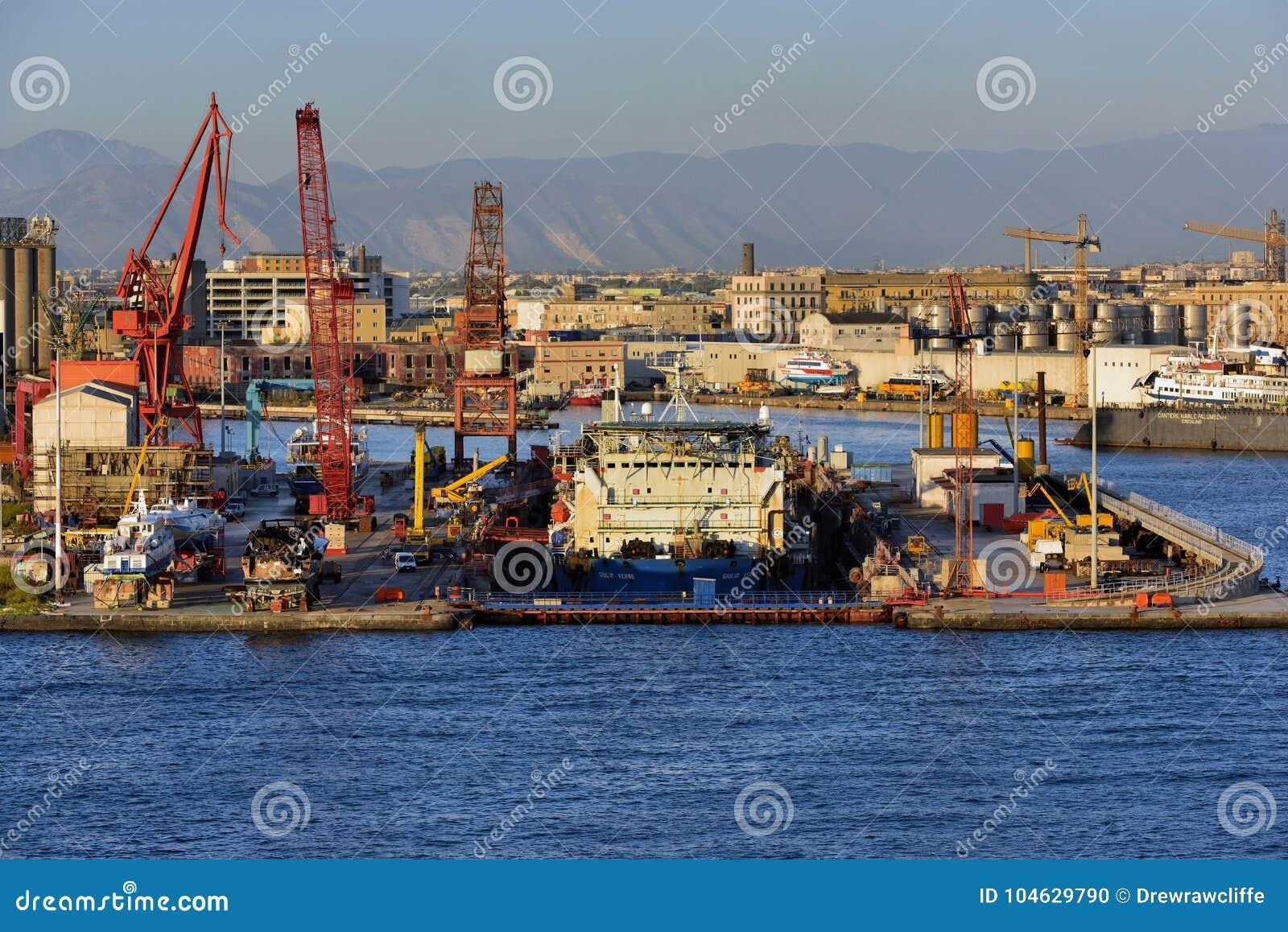 Download Droogdok In De Haven Van Napels Redactionele Afbeelding - Afbeelding bestaande uit cityscape, golf: 104629790
