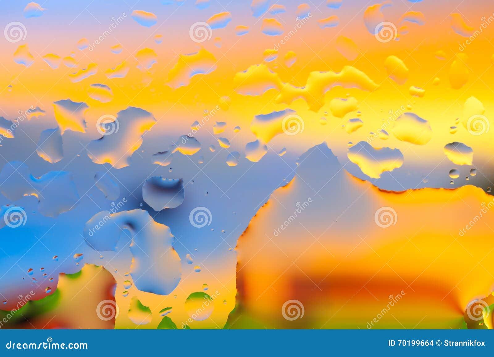 Droppar av vatten på en färgbakgrund grunt djupfält Se