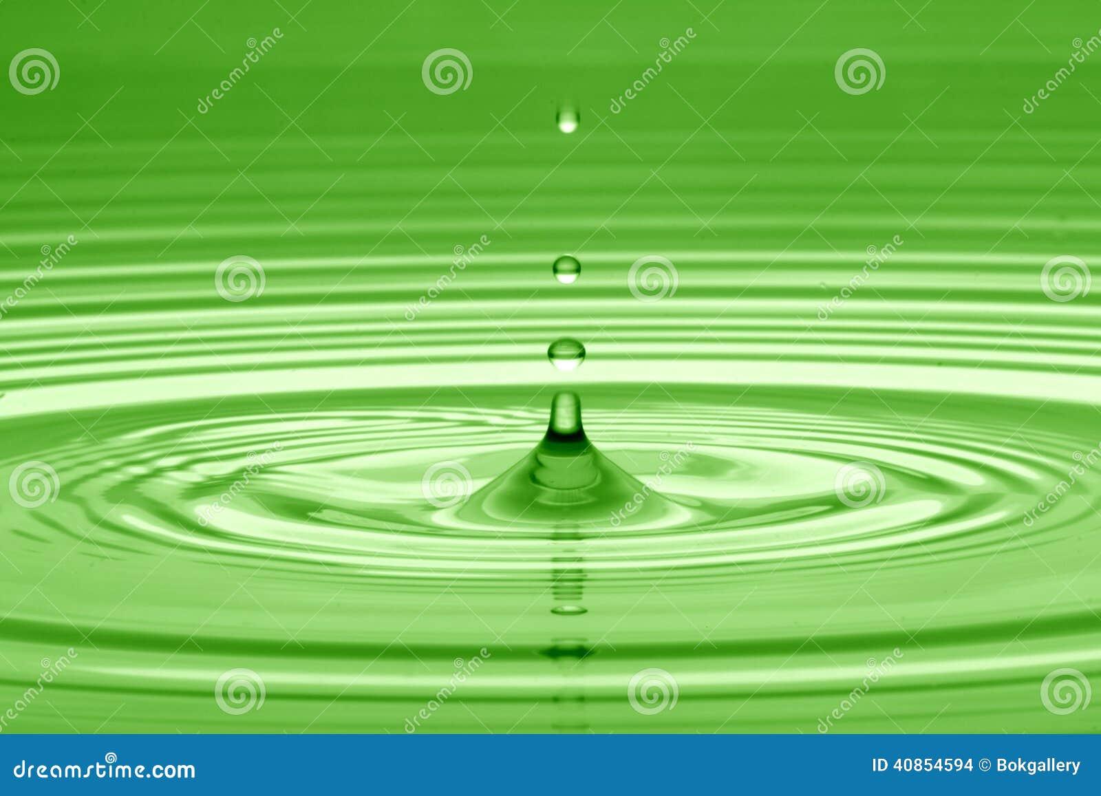 Droppe av vatten i green