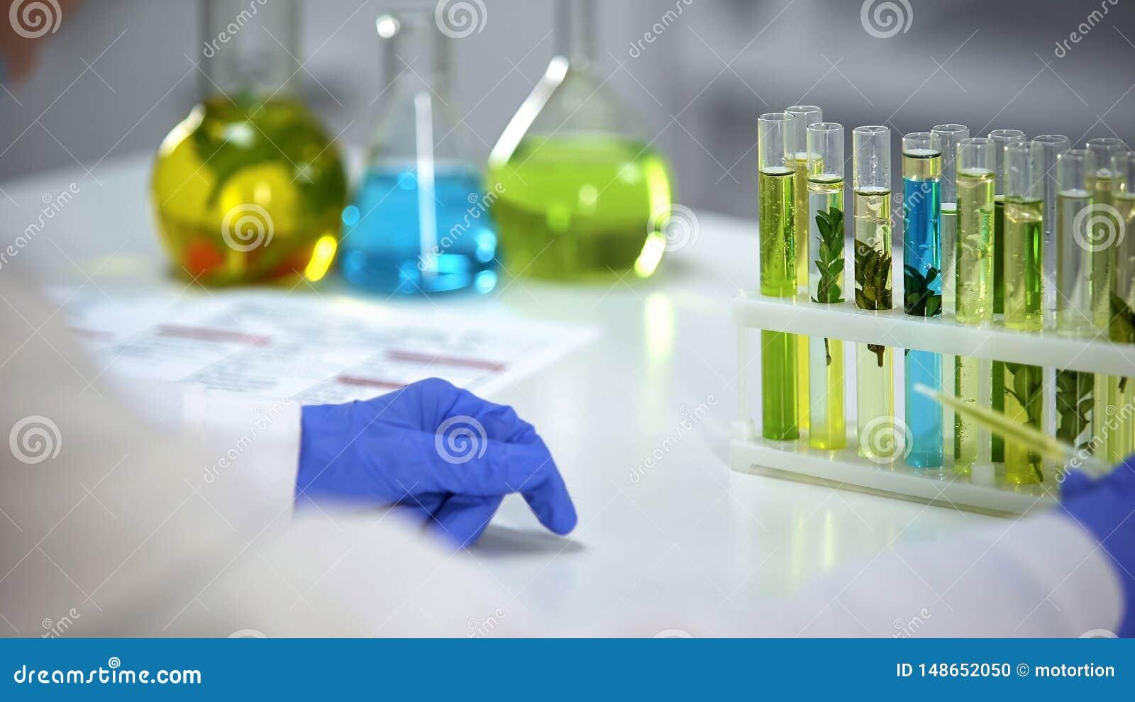 Dropper εκμετάλλευσης εργαστηριακών εργαζομένων με το ελαιούχο κίτρινο υγρό, cosmetology απόσπασμα