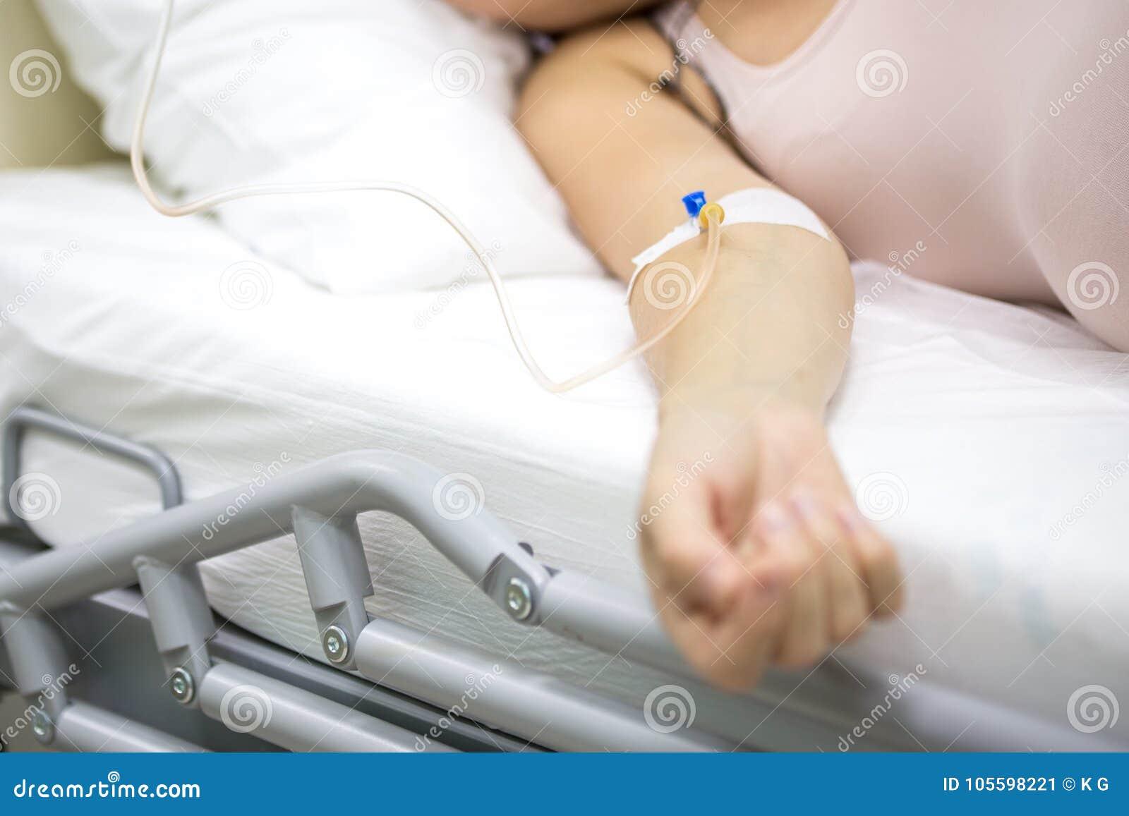 Dropper a disposición de la mujer embarazada joven en el hospital Tratamiento médico de emergencia
