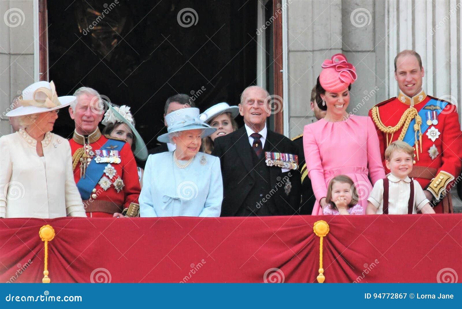 Drottning Elizabeth & kungafamiljen, Buckingham Palace, London Juni 2017 - att gå i skaror färgprinsen George William, harry, Kat