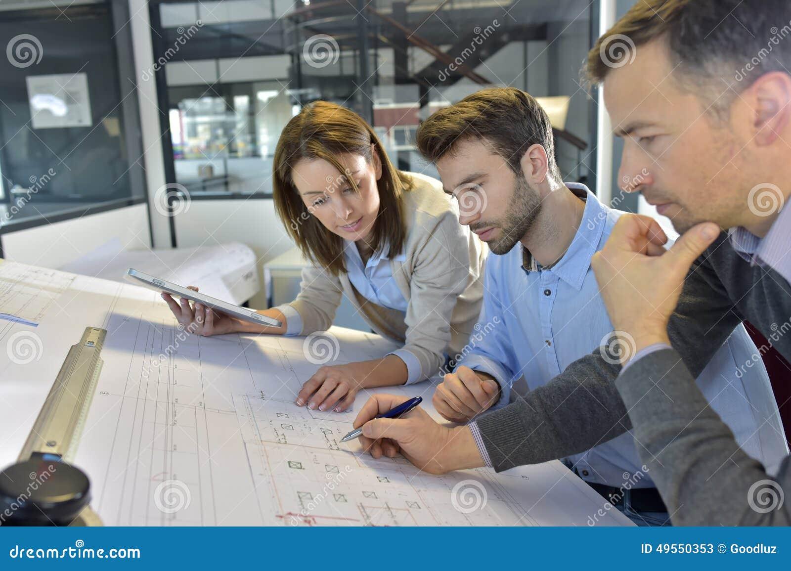 Drużyna architekci pracuje na projekcie