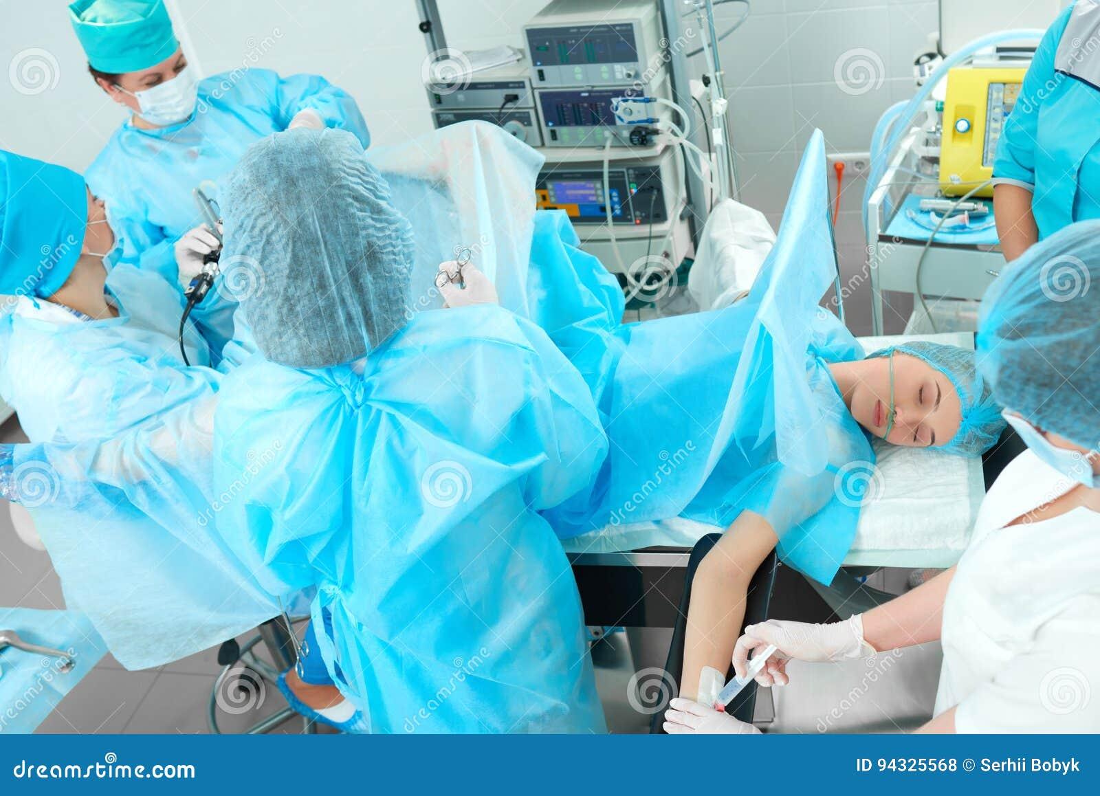 Drużyna chirurdzy wykonuje operację
