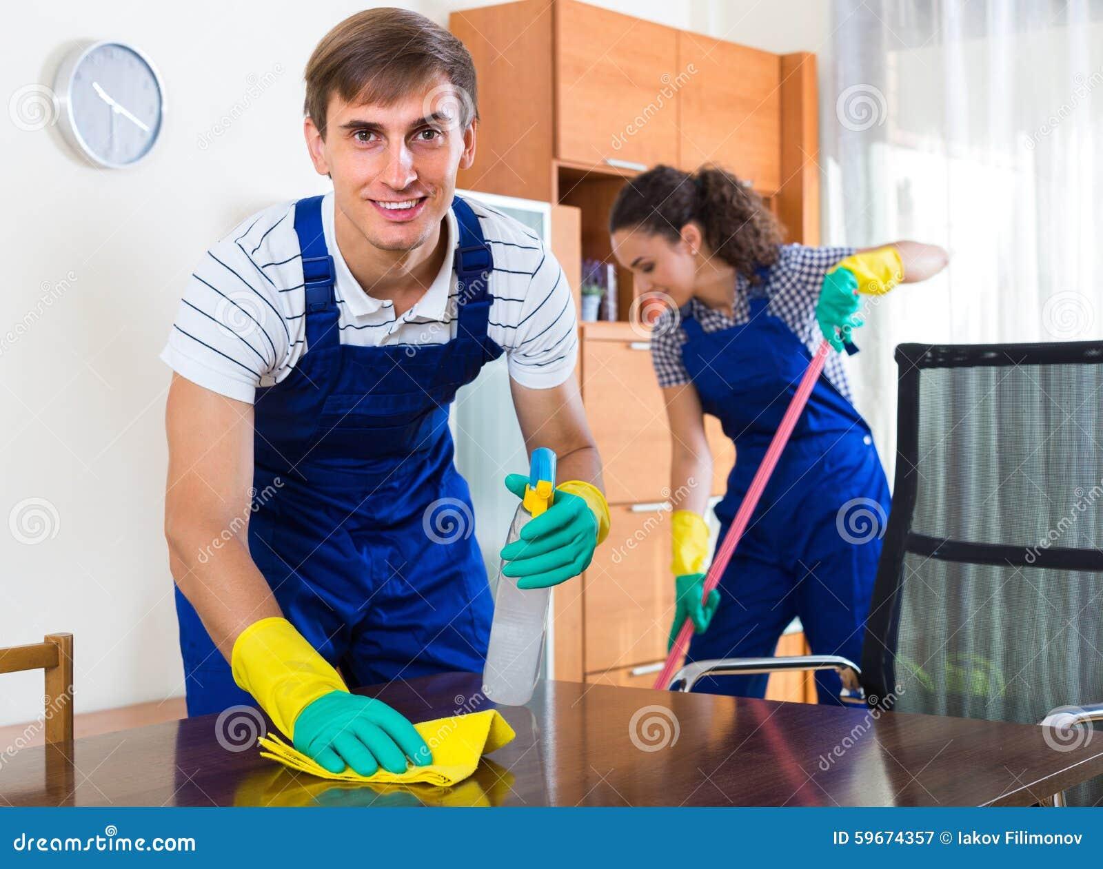 Drużyna fachowi czyściciele w biurze