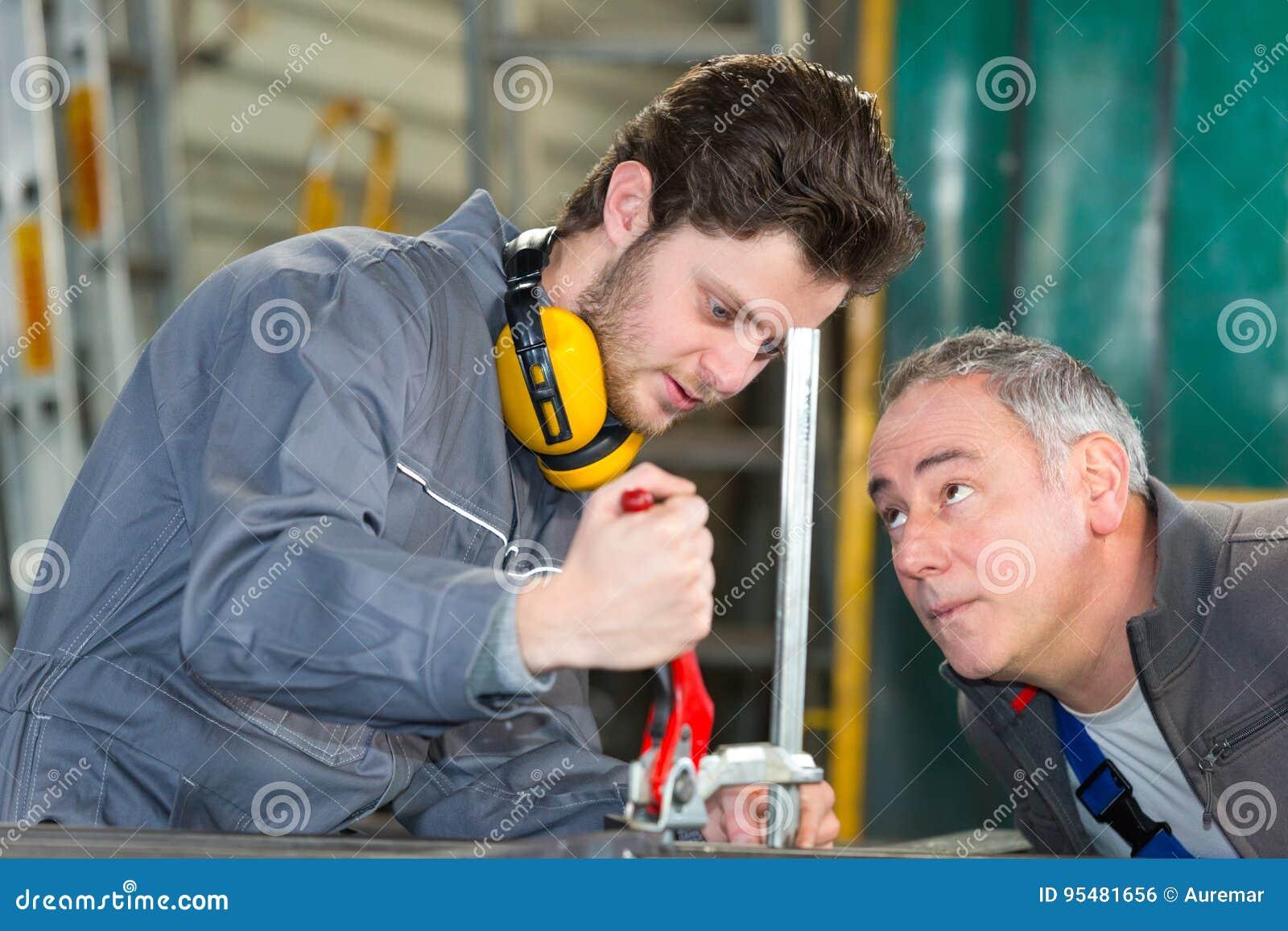 Drużyna inżyniery ma dyskusję w fabryce