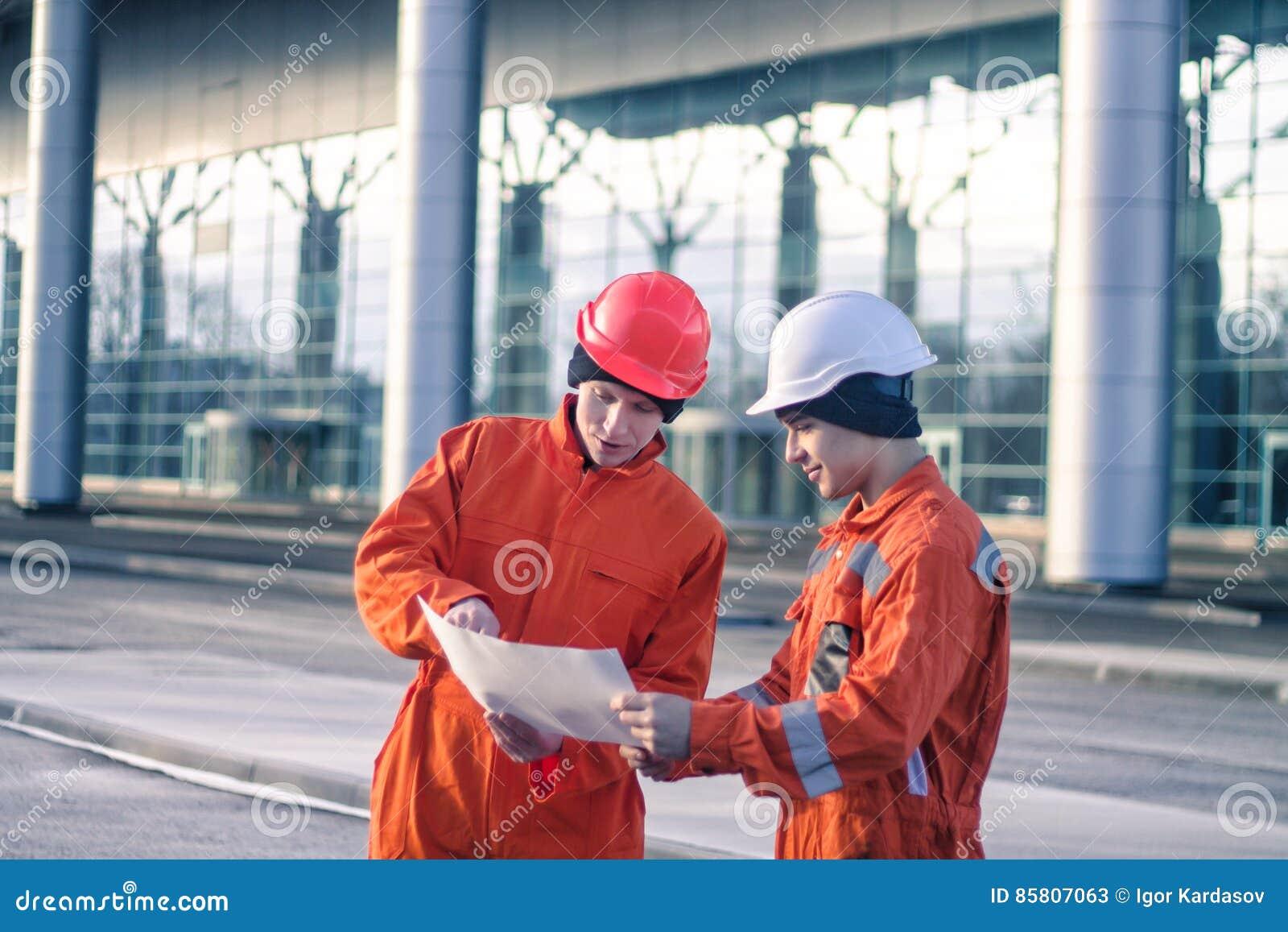 Drużyna potomstwo inżyniery dyskutuje projekt budowlanego