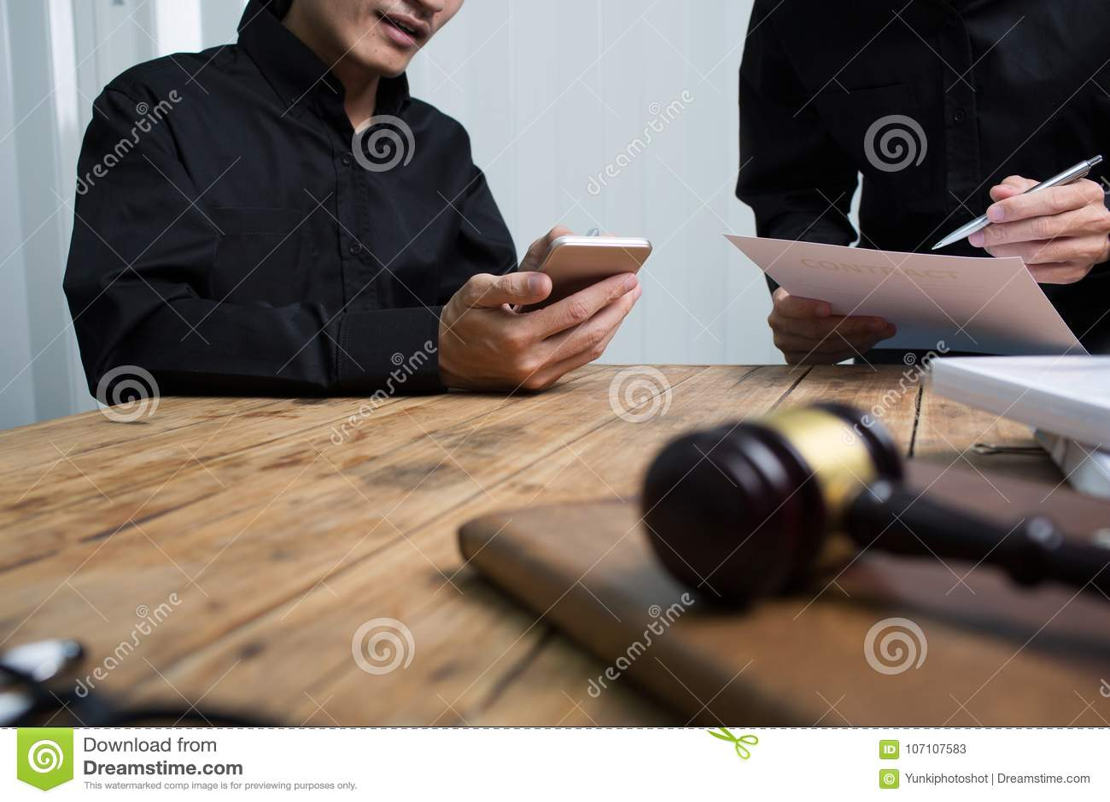 Drużyna prawnicy i legalni advisors pracuje wpólnie