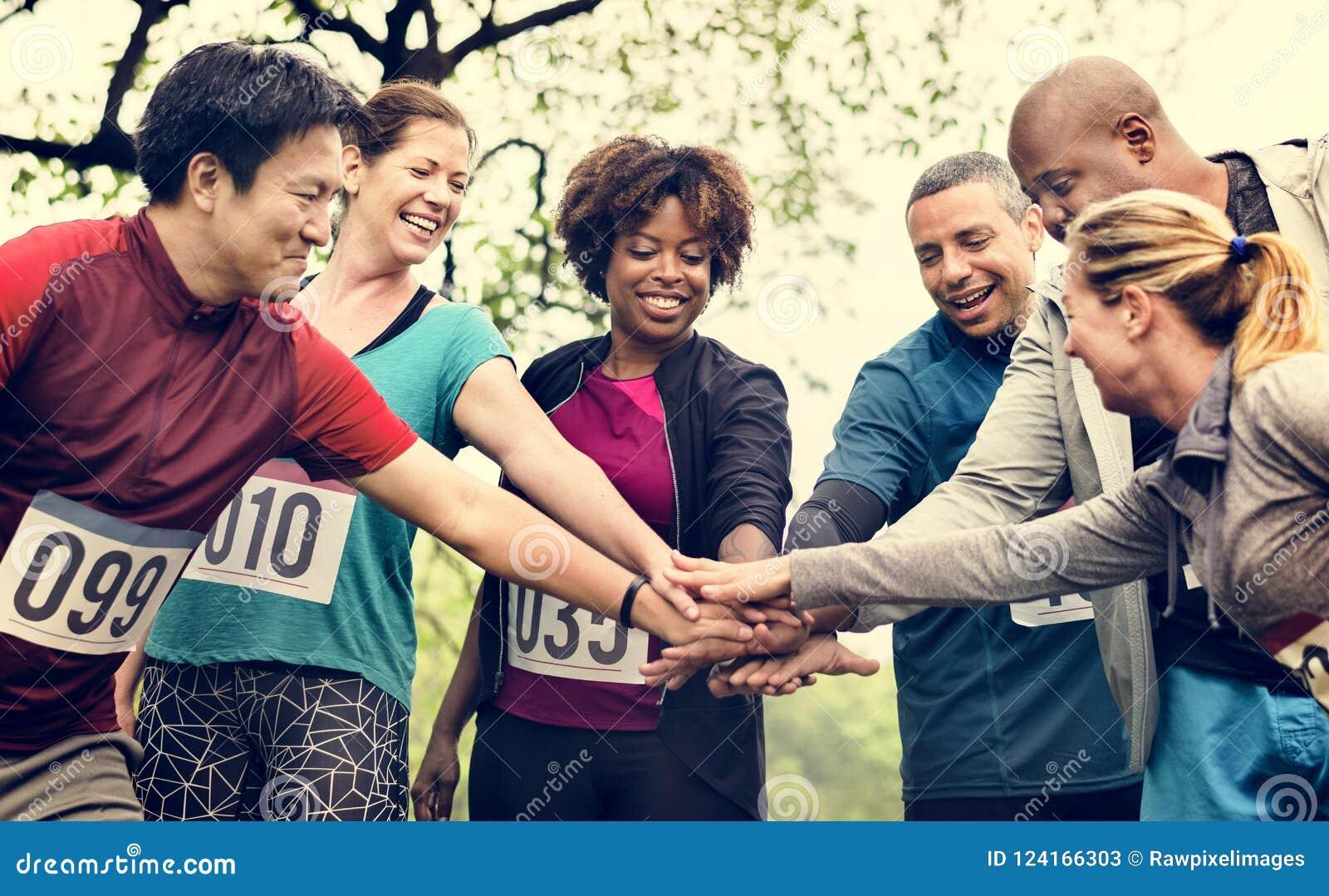 Drużyna różnorodni ludzie przygotowywający dla rasy